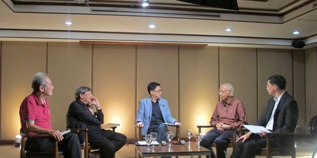 """30 พ.ค. 2556 สถาบันวิจัยเพื่อการพัฒนาประเทศไทย (TDRI) จัดงานเสวนาสาธารณะ """"คิดใหม่ประชานิยม: จากรัฐบาลทักษิณถึงยิ่งลักษณ์ เราเรียนรู้อะไรบ้าง"""" จากซ้ายไปขวา ดร.นิธิ เอียวศรีวงศ์, ดร.เกษียร เตชะพีระ, นายภิญโญ ไตรสุริยธรรมา (ผู้ดำเนินรายการ), ดร. อัมมาร สยามวาลา และ ดร. สมเกียรติ ตั้งกิจวานิชย์"""